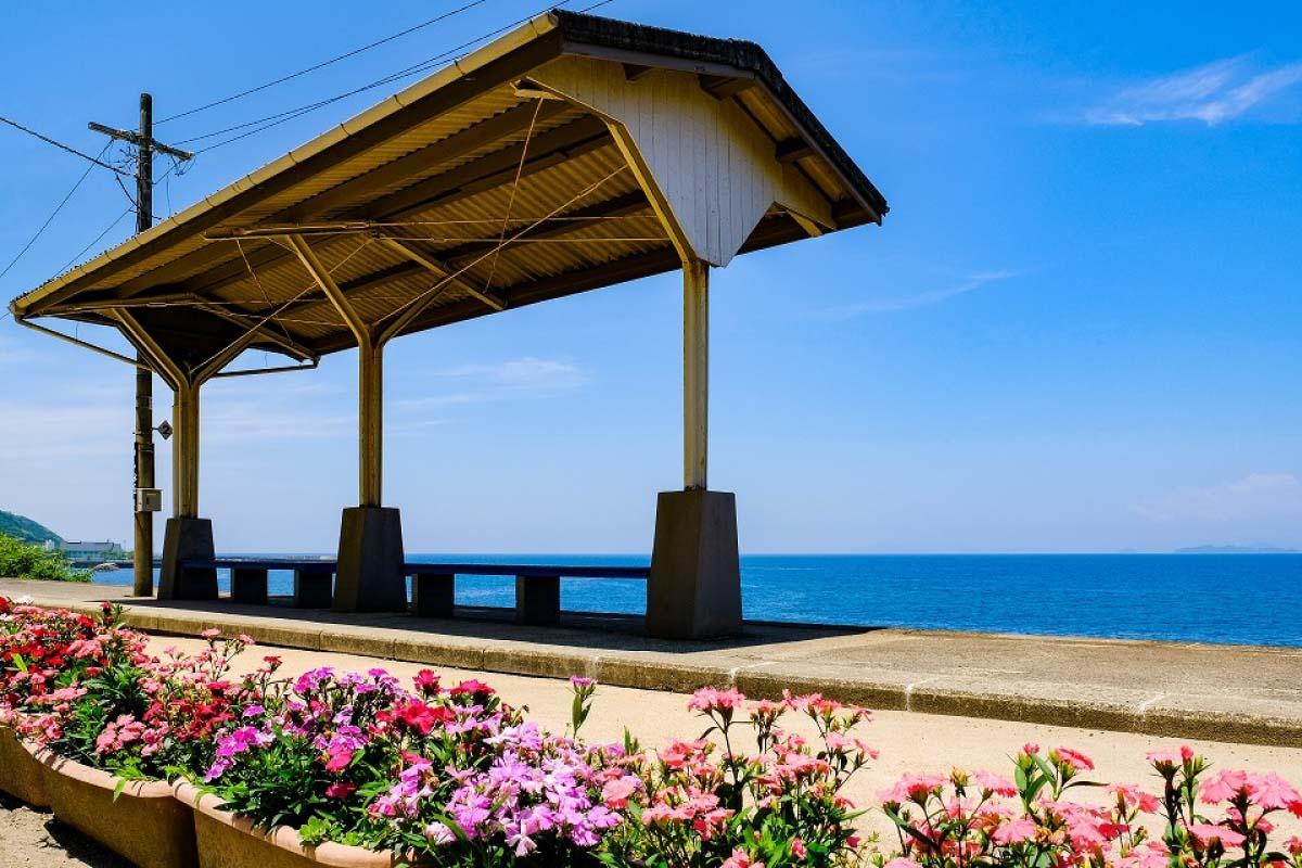 「一下電車後,絕景映入眼簾!」療癒人心的日本6大絕美濱海車站