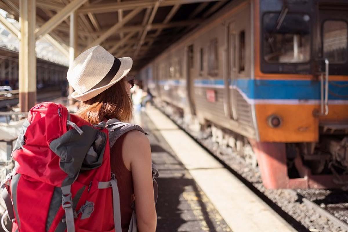 搭電車 背背包