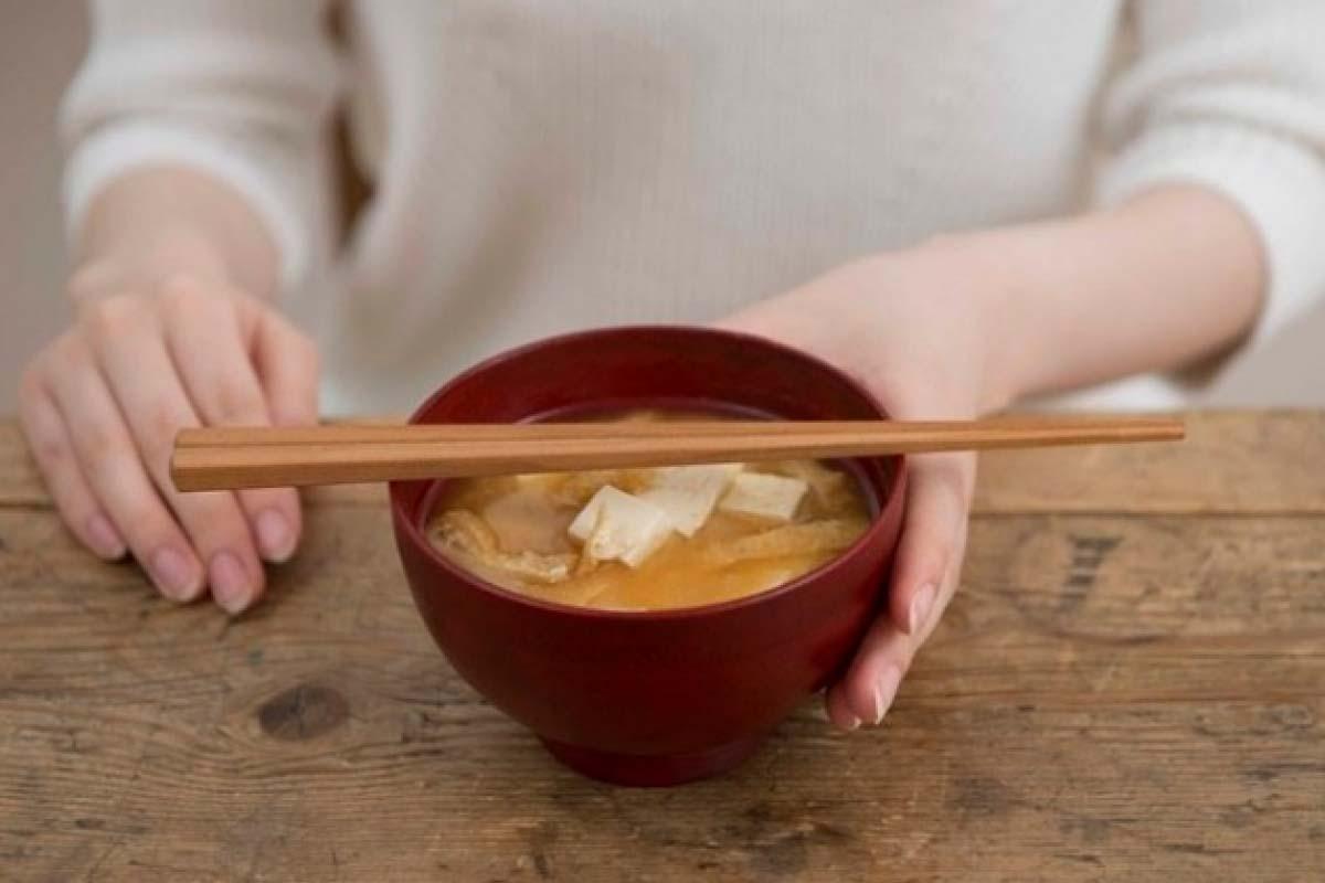 請勿把筷子橫置碗