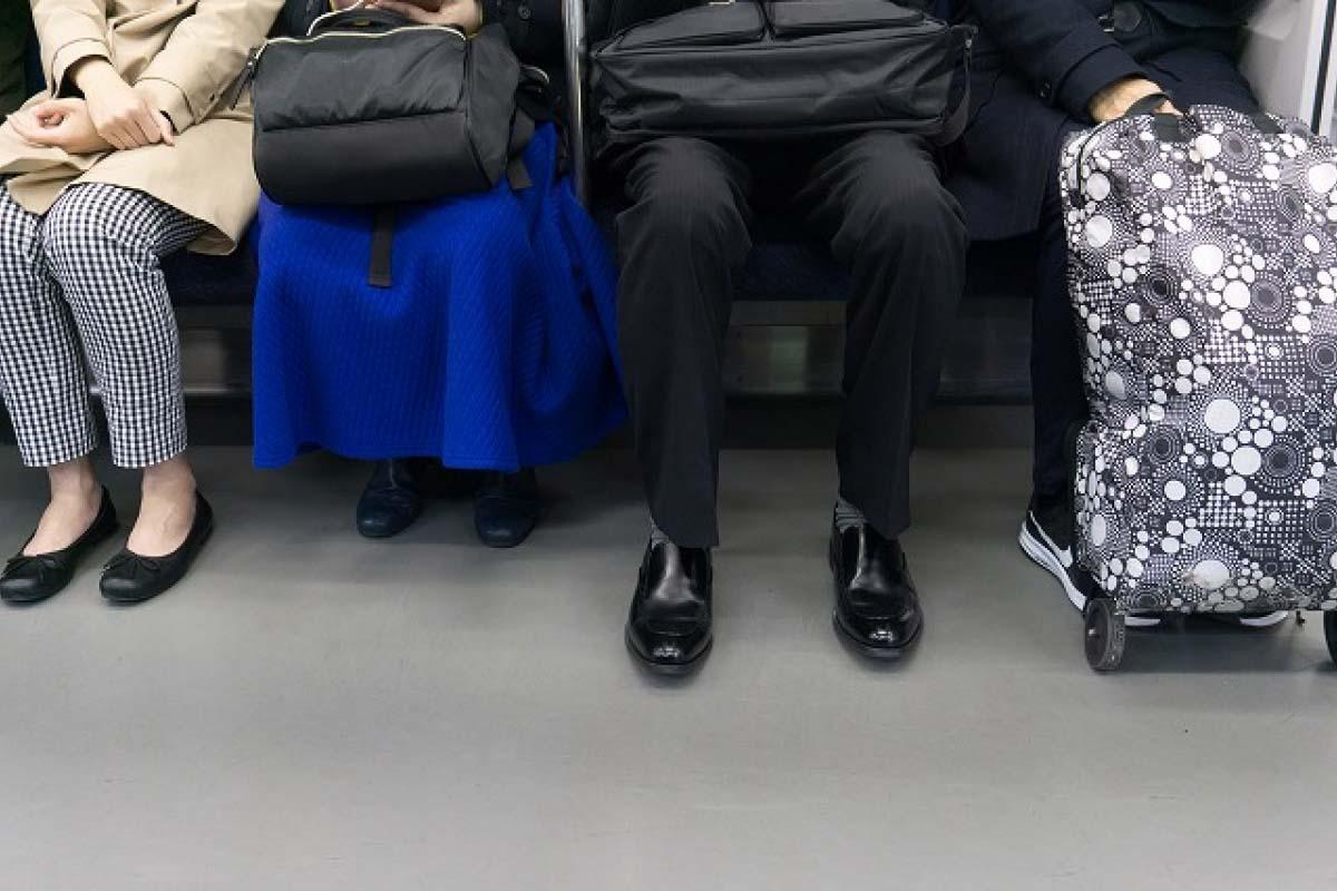 搭電車 一人占用兩人的座位