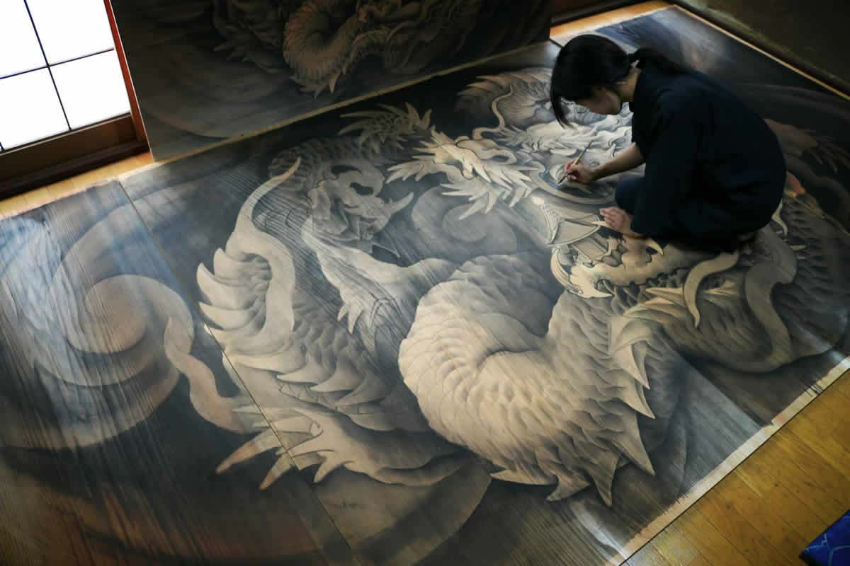 Koran Kikuchi, a young wood carver and a Buddhist painter, is inherited techniques and thoughts of ancestors.