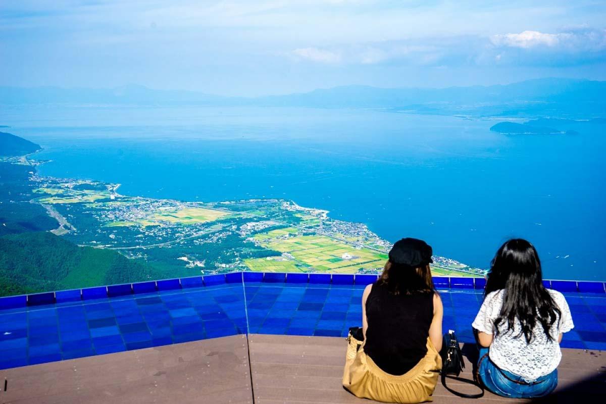 Chỗ ngồi đặc biệt trên không trung! Hãy cùng tới sân thượng trong không gian rộng lớn này!