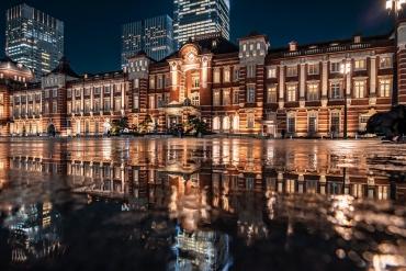 雨季限定絕景!「東京車站」的倒映絕景在SNS引起人氣迴響