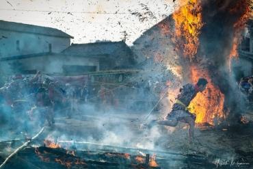 Sức mạnh như chiến trường! Những người đàn ông sẽ chạy quanh đống lửa, sự kiện dịp năm mới