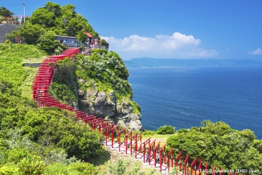 Trying your luck at Motonosumi-Inari Shrine,  where a superb view of the torii gates weaving  together with the sea awaits