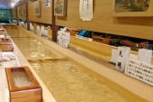 Believe it or not, dishes come flowing on the water! A coffee shop Donguri.