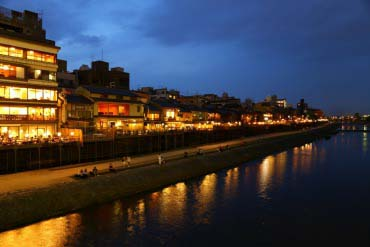Kamogawa enjoying the evening cool floor(Kyoto)
